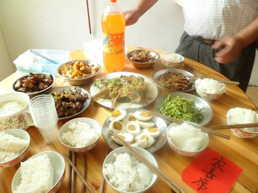庆端午备丰盛饭菜