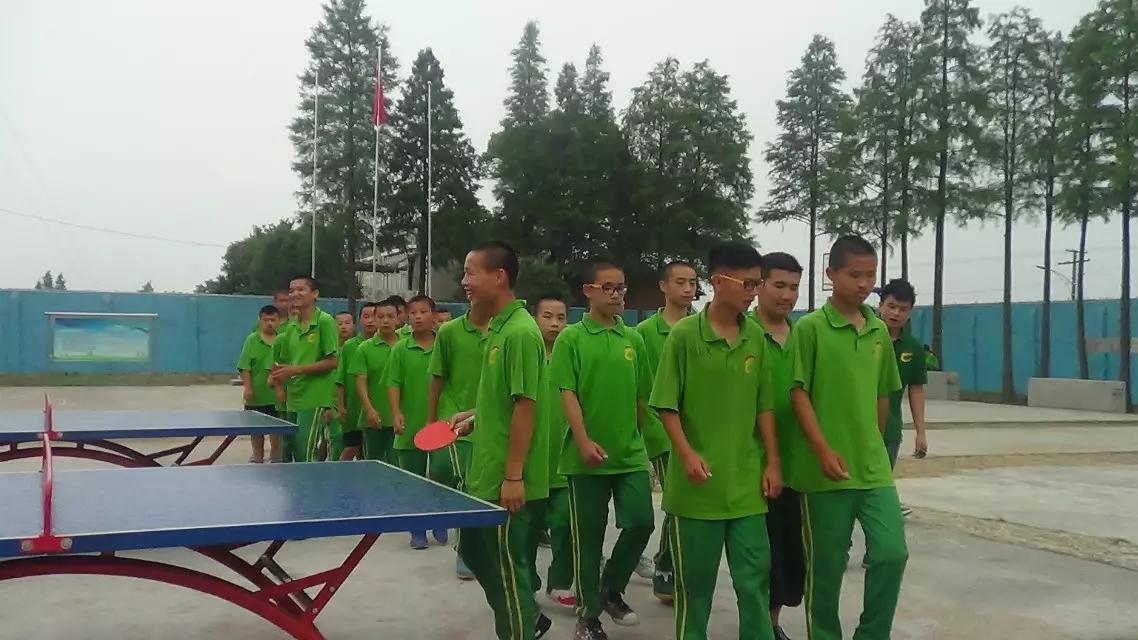 心励励志培训学校学员课余打乒乓球